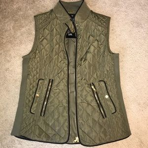 Women's Fate zip up quilted vest. Size M
